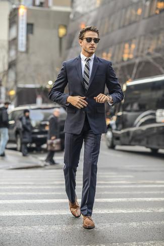 Как и с чем носить: темно-серый костюм, белая классическая рубашка, коричневые кожаные туфли дерби, серый галстук в вертикальную полоску