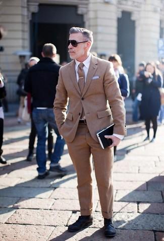 Как и с чем носить: коричневый шерстяной костюм, белая классическая рубашка, черные кожаные туфли дерби, коричневый шерстяной галстук