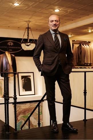 Как и с чем носить: темно-коричневый шерстяной костюм в клетку, белая классическая рубашка в вертикальную полоску, темно-коричневые кожаные туфли дерби, темно-коричневый галстук в горизонтальную полоску