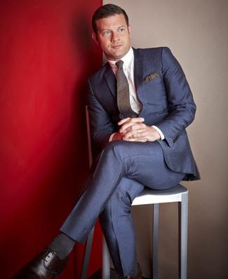 Как Dermot O'Leary носит Темно-синий костюм, Белая классическая рубашка, Темно-коричневые кожаные туфли дерби, Темно-коричневый шерстяной галстук