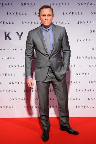 Как Daniel Craig носит Серый костюм, Синяя классическая рубашка, Черные кожаные туфли дерби, Серый галстук в шотландскую клетку