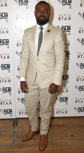 Как и с чем носить: бежевый костюм, белая классическая рубашка, светло-коричневые кожаные туфли дерби, коричневый галстук в горизонтальную полоску