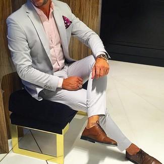 """Как и с чем носить: серый костюм, розовая классическая рубашка, коричневые кожаные туфли дерби, красный нагрудный платок с """"огурцами"""""""