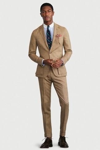 Как и с чем носить: светло-коричневый костюм, голубая классическая рубашка, темно-коричневые кожаные туфли дерби, темно-сине-зеленый галстук в вертикальную полоску