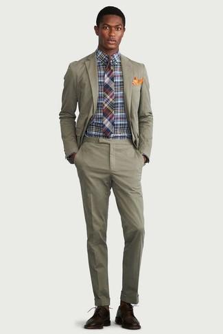 Как и с чем носить: оливковый костюм, разноцветная классическая рубашка в клетку, темно-коричневые кожаные туфли дерби, разноцветный галстук в шотландскую клетку