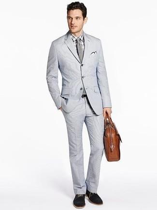 Как и с чем носить: серый костюм из жатого хлопка, серая классическая рубашка в клетку, черные замшевые туфли дерби, коричневый кожаный портфель