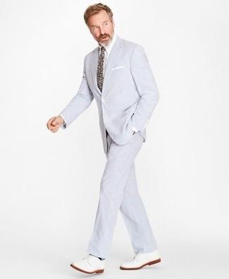 Как и с чем носить: голубой костюм из жатого хлопка, белая классическая рубашка, белые кожаные туфли дерби, разноцветный галстук с цветочным принтом