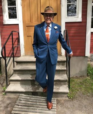 Как и с чем носить: темно-синий костюм, голубая классическая рубашка, коричневые кожаные туфли дерби, коричневая шерстяная шляпа
