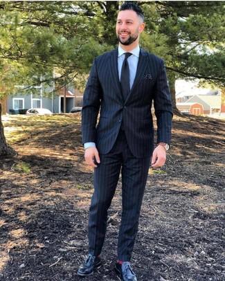 Как и с чем носить: черный костюм в вертикальную полоску, голубая классическая рубашка, черные кожаные туфли дерби, черный галстук
