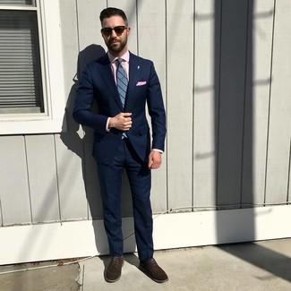 Как и с чем носить: темно-синий костюм, розовая классическая рубашка, темно-коричневые замшевые туфли дерби, синий галстук в вертикальную полоску