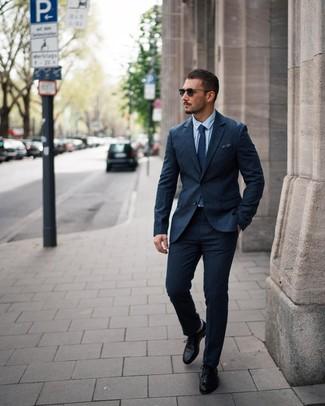 Как и с чем носить: темно-синий шерстяной костюм, голубая классическая рубашка, черные кожаные туфли дерби, темно-синий галстук в горошек