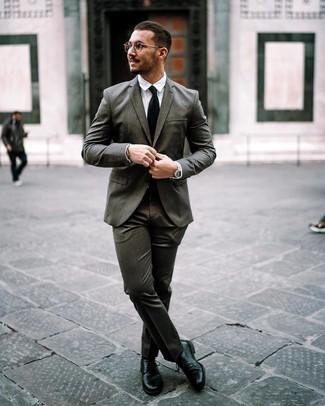 Как и с чем носить: темно-серый костюм, белая классическая рубашка, черные кожаные туфли дерби, черный галстук