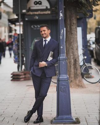 Как и с чем носить: темно-синий костюм в вертикальную полоску, белая классическая рубашка, черные кожаные туфли дерби, темно-синий галстук