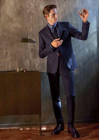 Как и с чем носить: темно-синий костюм, темно-синяя классическая рубашка в мелкую клетку, темно-красные кожаные туфли дерби, темно-синий галстук с принтом