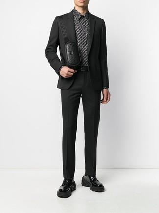 Как и с чем носить: черный костюм, черно-белая классическая рубашка с принтом, черные кожаные массивные туфли дерби, черная кожаная поясная сумка