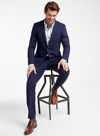 Темно-синий костюм: с чем носить и как сочетать: Комбо из темно-синего костюма и белой классической рубашки с вышивкой позволит составить модный и привлекательный лук. Пара коричневых кожаных туфель дерби очень органично интегрируется в этот образ.