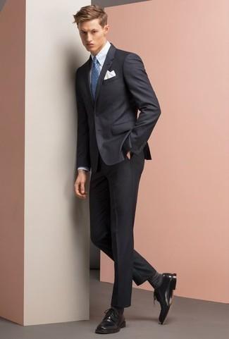 Темно-серые носки: с чем носить и как сочетать мужчине: Темно-синий костюм и темно-серые носки — необходимые вещи в гардеробе молодых людей с отменным чувством стиля. Теперь почему бы не добавить в повседневный лук толику эффектности с помощью черных кожаных туфель дерби?