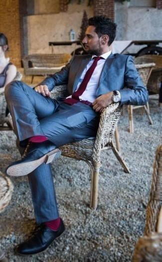 Ярко-розовые носки: с чем носить и как сочетать мужчине: Для похода в кино или кафе отлично подойдет сочетание синего костюма и ярко-розовых носков. Не прочь сделать образ немного элегантнее? Тогда в качестве дополнения к этому луку, стоит обратить внимание на черные кожаные туфли дерби.
