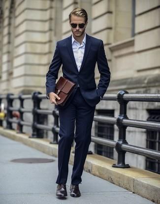 Белая классическая рубашка в вертикальную полоску: с чем носить и как сочетать мужчине: Несмотря на то, что этот лук кажется достаточно консервативным, лук из белой классической рубашки в вертикальную полоску и темно-синего костюма всегда будет выбором стильных молодых людей, покоряя при этом дамские сердца. Что касается обуви, заверши образ темно-коричневыми кожаными туфлями дерби.