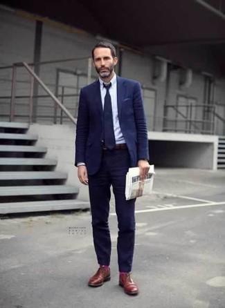 Ярко-розовые носки: с чем носить и как сочетать мужчине: Современным джентльменам, которые предпочитают держать руку на пульсе последних тенденций, рекомендуем обратить внимание на это сочетание темно-синего костюма и ярко-розовых носков. Хочешь сделать лук немного элегантнее? Тогда в качестве дополнения к этому образу, выбирай табачные кожаные туфли дерби.