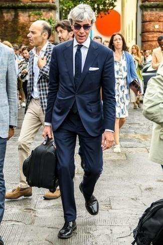Фиолетовые солнцезащитные очки: с чем носить и как сочетать мужчине: Темно-синий костюм и фиолетовые солнцезащитные очки прочно обосновались в гардеробе многих парней, помогая составлять неприевшиеся и практичные ансамбли. Хочешь сделать лук немного элегантнее? Тогда в качестве обуви к этому луку, стоит выбрать черные кожаные туфли дерби.