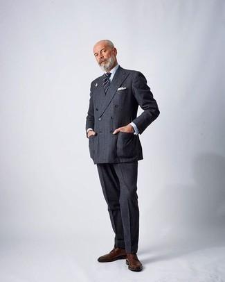 Модные мужские луки 2020 фото: Несмотря на то, что этот образ довольно-таки классический, сочетание темно-серого костюма и белой классической рубашки является неизменным выбором современных джентльменов, покоряя при этом сердца прекрасных дам. Если сочетание несочетаемого привлекает тебя не меньше, чем безвременная классика, заверши этот ансамбль коричневыми кожаными туфлями дерби.