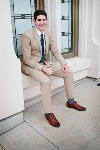 Бежевый костюм: с чем носить и как сочетать: Сочетание бежевого костюма и белой классической рубашки позволит создать выразительный мужской лук. Любишь смелые сочетания? Тогда заверши свой ансамбль коричневыми кожаными туфлями дерби.