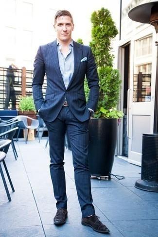 Белые носки: с чем носить и как сочетать мужчине: Современным мужчинам, которые хотят быть в курсе последних тенденций, рекомендуем взять на заметку это сочетание темно-синего костюма в вертикальную полоску и белых носков. Этот образ обретает новое прочтение в паре с черными замшевыми туфлями дерби.