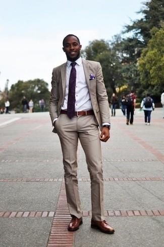 Бежевый костюм: с чем носить и как сочетать: Несмотря на то, что это классический образ, лук из бежевого костюма и белой классической рубашки всегда будет выбором современных джентльменов, неизменно покоряя при этом сердца прекрасных дам. Такой лук легко приспособить к повседневным реалиям, если завершить его коричневыми кожаными туфлями дерби.