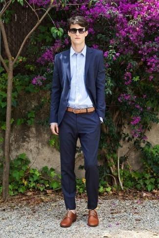 Модные мужские луки 2020 фото: Темно-синий костюм и голубая классическая рубашка — идеальный выбор для светского мероприятия. Этот образ неплохо дополнят коричневые кожаные туфли дерби.