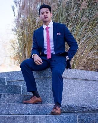Мужские луки: Сочетание темно-синего костюма в клетку и белой классической рубашки поможет составить выразительный мужской образ. В качестве обуви сюда подойдут коричневые кожаные туфли дерби.