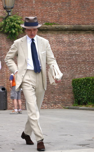 С чем носить темно-синий галстук мужчине: Несмотря на то, что это достаточно консервативный лук, лук из бежевого костюма и темно-синего галстука неизменно нравится стильным мужчинам, неминуемо покоряя при этом сердца женщин. Такой ансамбль несложно адаптировать к повседневным делам, если закончить его темно-коричневыми замшевыми туфлями дерби.