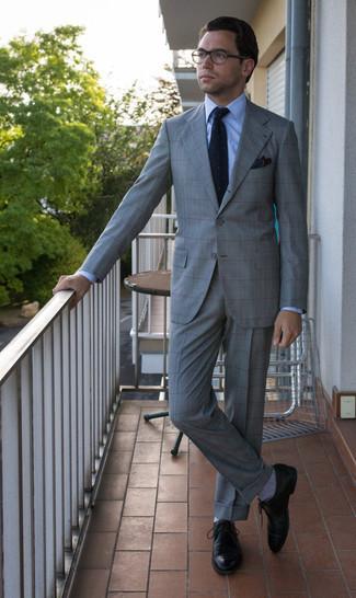 С чем носить прозрачные солнцезащитные очки мужчине: Удобное сочетание серого костюма в шотландскую клетку и прозрачных солнцезащитных очков позволит подчеркнуть твой личный стиль и выигрышно выделиться из толпы. Что до обуви, можешь отдать предпочтение классике и выбрать черные кожаные туфли дерби.