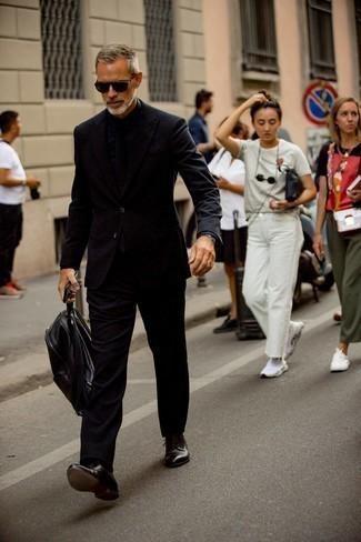 С чем носить серебряные часы мужчине: Черный костюм в сочетании с серебряными часами однозначно будет привлекать внимание красивых дам. Любители модных экспериментов могут завершить лук темно-коричневыми кожаными туфлями дерби, тем самым добавив в него немного изысканности.