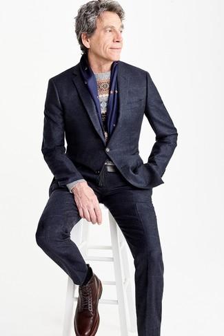 Как и с чем носить: черный костюм, темно-синий костюм в клетку, серый свитер с круглым вырезом с жаккардовым узором, темно-коричневые кожаные повседневные ботинки