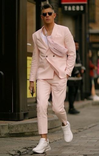 Розовый костюм: с чем носить и как сочетать: Розовый костюм и белая майка — лук, который будет непременно притягивать женские взгляды. Чтобы образ не казался слишком прилизанным, подумай о контрастных деталях: белых кроссовках.
