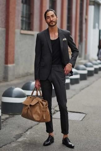 Темно-серый костюм: с чем носить и как сочетать: Темно-серый костюм в паре с черной майкой позволит создать модный, и в то же время мужественный ансамбль. Думаешь привнести в этот лук немного классики? Тогда в качестве обуви к этому луку, стоит обратить внимание на черные кожаные оксфорды.
