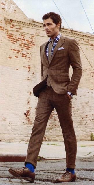 Как и с чем носить: коричневый шерстяной костюм в клетку, темно-сине-белая рубашка с длинным рукавом в шотландскую клетку, коричневые кожаные броги, коричневый шерстяной галстук