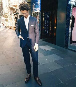 Как и с чем носить: темно-синий костюм, белая рубашка с длинным рукавом, черные кожаные броги, белый нагрудный платок