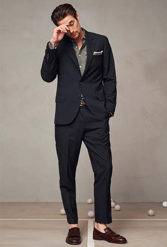 Как и с чем носить: черный костюм, серая рубашка с длинным рукавом из шамбре, темно-коричневые кожаные лоферы с кисточками, коричневый нагрудный платок в шотландскую клетку