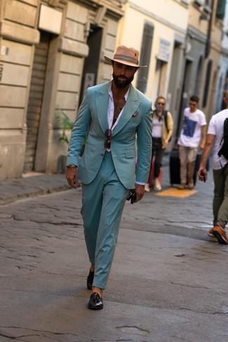 Как и с чем носить: мятный костюм, белая рубашка с длинным рукавом, черные кожаные лоферы с кисточками, светло-коричневая соломенная шляпа