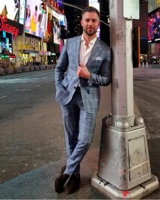 Как и с чем носить: голубой костюм в шотландскую клетку, белая рубашка с длинным рукавом, темно-коричневые замшевые лоферы, белый нагрудный платок