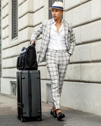 Темно-синий нагрудный платок: с чем носить и как сочетать: Серый костюм в шотландскую клетку и темно-синий нагрудный платок — прекрасный выбор, если ты хочешь создать расслабленный, но в то же время стильный мужской образ. Любители свежих идей могут закончить образ черными кожаными лоферами, тем самым добавив в него немного утонченности.