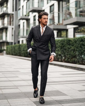 С чем носить черный костюм в вертикальную полоску: Сочетание черного костюма в вертикальную полоску и белой рубашки с длинным рукавом — необычный выбор для работы в офисе. Не прочь сделать образ немного элегантнее? Тогда в качестве обуви к этому ансамблю, выбирай черные кожаные лоферы.