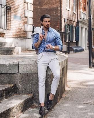 Мужские луки в деловом стиле: Сочетание белого костюма и голубой рубашки с длинным рукавом из шамбре — замечательный пример строгого делового стиля. Чудесно здесь будут смотреться темно-коричневые кожаные лоферы.
