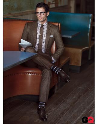 Как и с чем носить: коричневый шерстяной костюм, бело-темно-синяя рубашка с длинным рукавом в шотландскую клетку, темно-коричневые кожаные оксфорды, коричневый шерстяной галстук