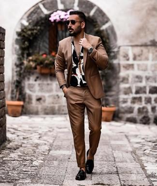 Бело-синяя рубашка с коротким рукавом с принтом: с чем носить и как сочетать мужчине: Если ты из той когорты молодых людей, которые одеваются со вкусом, тебе подойдет сочетание бело-синей рубашки с коротким рукавом с принтом и коричневого костюма. Этот образ легко обретает новое прочтение в сочетании с черными кожаными лоферами с кисточками.