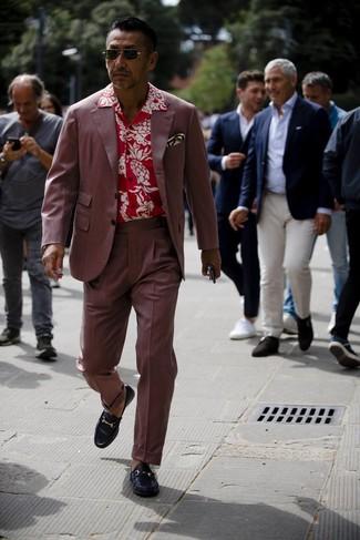 Темно-красный костюм: с чем носить и как сочетать: Комбо из темно-красного костюма и красной рубашки с коротким рукавом с цветочным принтом позволит выразить твой оригинальный личный стиль и выгодно выделиться из толпы. Хотел бы сделать образ немного строже? Тогда в качестве дополнения к этому образу, стоит обратить внимание на черные кожаные лоферы.