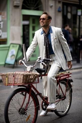 Бежевый нагрудный платок: с чем носить и как сочетать: Белый костюм в вертикальную полоску в сочетании с бежевым нагрудным платком — прекрасный вариант для воплощения мужского лука в стиле business casual. Белые низкие кеды из плотной ткани — хороший вариант, чтобы дополнить ансамбль.