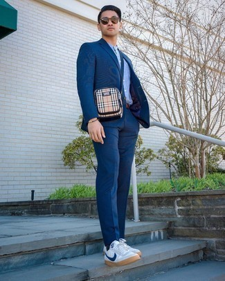 С чем носить светло-коричневую сумку почтальона из плотной ткани: Сочетание темно-синего костюма и светло-коричневой сумки почтальона из плотной ткани безусловно будет привлекать взгляды прекрасного пола. В паре с этим образом наиболее удачно выглядят бело-темно-синие низкие кеды из плотной ткани.